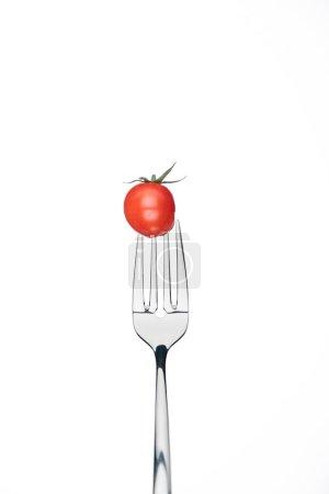 Photo pour Tomates-cerises entières rouge frais sur fourche isolé sur blanc - image libre de droit