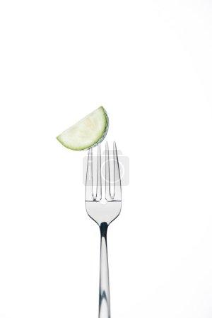 Photo pour Demi-rondelle de frais mûrs du concombre sur fourche isolé sur blanc - image libre de droit