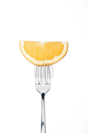 Photo pour Demi-rondelle de frais mûr orange juteuse sur fourche isolé sur blanc - image libre de droit