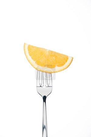 Photo pour Demi-rondelle de frais orange douce mûre sur fourche isolé sur blanc - image libre de droit