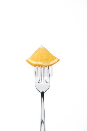 Photo pour Tranche de trimestre de frais orange douce mûre sur fourche isolé sur blanc - image libre de droit