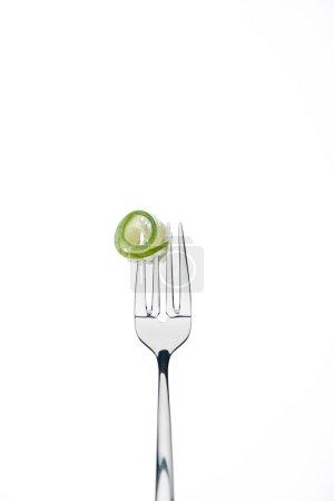 Photo pour Roulé la tranche de concombre frais sur fourche isolé sur blanc - image libre de droit