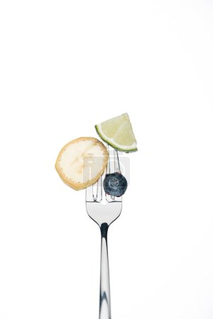 Foto de Blueberry entero, rodajas de limón y plátano en horquilla aislado en blanco - Imagen libre de derechos