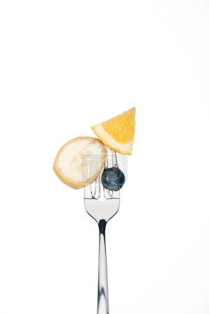 Foto de Blueberry entero, rodajas de naranja y plátano en horquilla aislado en blanco - Imagen libre de derechos