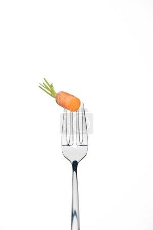 Photo pour Morceau de mûr fraîche carotte sur fourche isolé sur blanc - image libre de droit