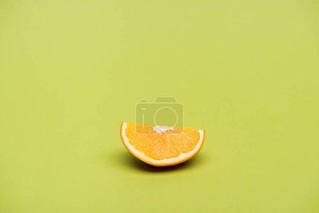 Photo pour Tranche d'orange de juteux mûr fraîche sur fond vert - image libre de droit