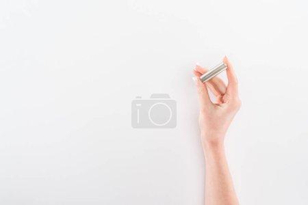 Photo pour Vue recadrée de la femme tenant la batterie sur fond gris - image libre de droit