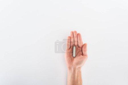 Photo pour Vue partielle de l'homme tenant la batterie sur fond gris - image libre de droit