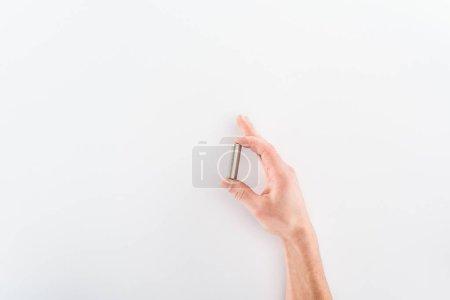 Photo pour Vue recadrée de l'homme tenant la batterie sur fond gris - image libre de droit
