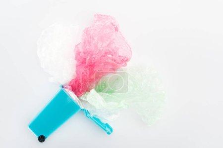 Photo pour Vue de dessus des sacs de plastique bleu jouet corbeille, Rose et vert sur fond gris - image libre de droit