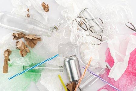 Photo pour Vue du dessus de la boîte, bouteilles en verre, bandes de papier, papier, ampoule, tubes en plastique et sacs en plastique - image libre de droit