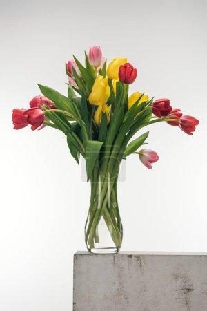 Photo pour Bouquet de tulipes dans le vase en verre blanc - image libre de droit