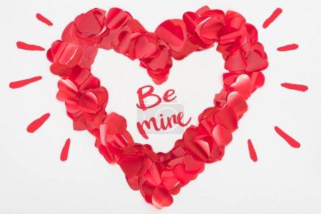 Photo pour Belle décoration coeur rouge isolé sur fond gris avec «be mine» lettrage, Valentin concept - image libre de droit