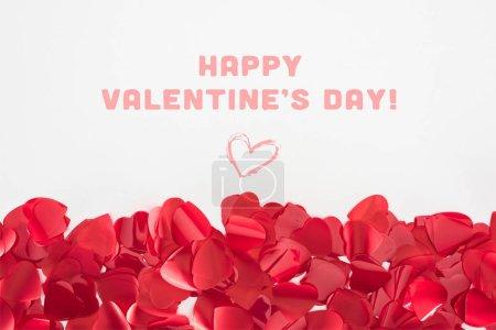 Photo pour Vue rapprochée des pétales en forme de coeur rouge magnifique sur fond gris avec l'inscription «Happy valentines day» - image libre de droit