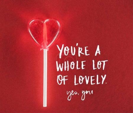 """Photo pour Vue rapprochée de bonbons en forme de coeur sur fond rouge avec """"vous êtes beaucoup de belle, oui vous"""" lettrage, concept de Saint-Valentin - image libre de droit"""