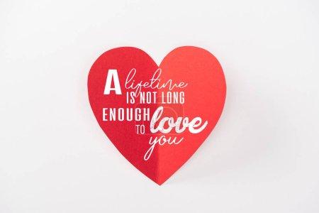 Photo pour Vue de dessus du coeur en papier isolé sur blanc avec l'inscription «sa vie n'est pas assez long à t'aimer», st Valentin concept - image libre de droit