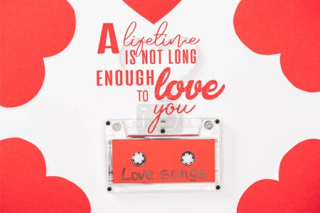 """Photo pour Vue du haut de la cassette audio avec lettrage """"chansons d'amour"""" et cartes en forme de coeur isolées sur blanc, concept St Valentines avec """"une vie n'est pas assez longue pour vous aimer"""" lettrage - image libre de droit"""