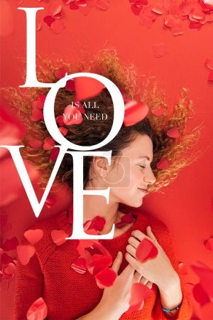"""vista superior de la niña y la caída de confeti en forma de corazón aislado en rojo con """"El amor es todo lo que necesita"""" letras, San Valentín concepto de día"""