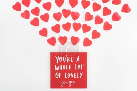 """Photo pour Plat étendu avec des symboles de coeur et enveloppe avec """"vous êtes beaucoup de belle, oui vous"""" lettrage isolé sur blanc, st concept de Saint-Valentin - image libre de droit"""