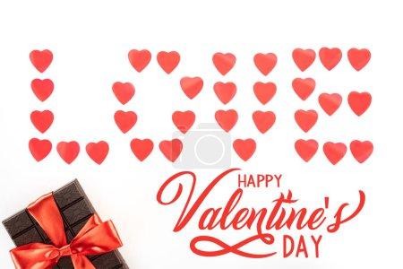 """Foto de Lay Flat con letras de amor de símbolos de corazón y chocolate envuelto por la cinta festiva aislada en blanco, feliz San Valentín con el deletreado de """"amor"""" - Imagen libre de derechos"""