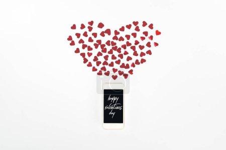 Photo pour Lay plat avec symboles coeur rouge et smartphone avec l'inscription «Happy valentines day» isolée sur blanc, concept jour de st Valentin - image libre de droit