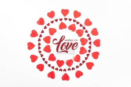 """Foto de Vista superior de los círculos de símbolos de corazón rojo aislados en blanco con el deletreado """"enviando que amas"""" - Imagen libre de derechos"""