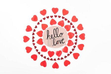 """Foto de Vista superior de los círculos de símbolos de corazón rojo aislados en blanco con el deletreado de """"amor de Hola"""" - Imagen libre de derechos"""