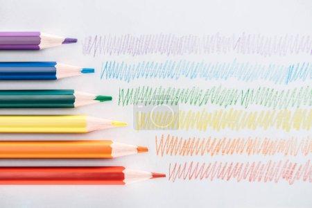 Photo pour Vue de dessus des crayons multicolores arc-en-ciel et des traits colorés sur fond gris, concept lgbt - image libre de droit