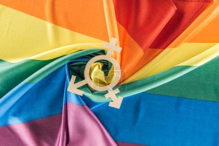 Photo pour Vue du haut du drapeau arc-en-ciel rainuré en forme de spirale avec signe de genre, concept lgbt - image libre de droit