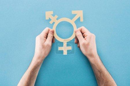 Photo pour Vue partielle de l'homme tenant signe genre livre blanc sur fond bleu, notion de lgbt - image libre de droit