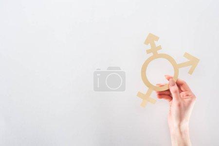 Photo pour Vue partielle de la main féminine avec papier coupe sexe signe sur fond gris, notion de lgbt - image libre de droit