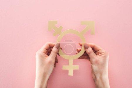 Photo pour Vue partielle de la femme tenant le sexe signe sur fond rose, notion de lgbt - image libre de droit