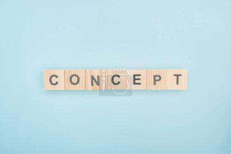 Photo pour Vue du dessus du lettrage conceptuel en cubes de bois sur fond bleu - image libre de droit