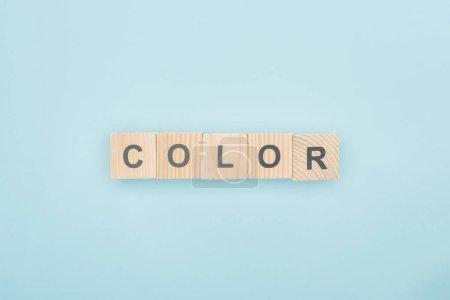 Photo pour Vue du dessus de lettrage de couleur en cubes de bois sur fond bleu - image libre de droit