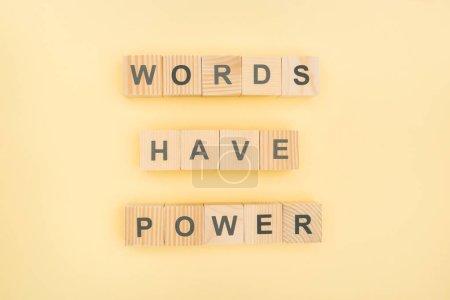 Photo pour Vue du haut des mots de phrase ont lettrage de puissance avec des cubes en bois sur fond jaune - image libre de droit