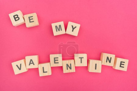 Photo pour Haut découvre d'être mon Valentin lettrage constitué de blocs en bois sur fond rose - image libre de droit