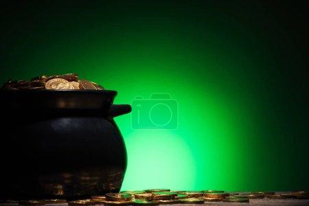 Photo pour Pot avec des pièces d'or sur st patricks jour sur fond vert - image libre de droit
