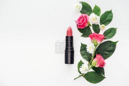 Photo pour Vue de dessus de la composition des fleurs avec rouge à lèvres isolé sur blanc - image libre de droit