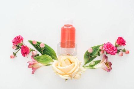 Photo pour Vue de dessus de composition avec alstroemeria, roses, fruits et bouteille de lotion orange sur fond blanc - image libre de droit