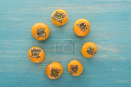 Photo pour Cercle de juteux kakis tout orange avec espace copie - image libre de droit