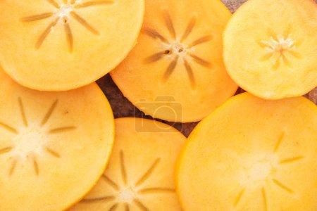 Foto de Primer plano de rodajas de maduro sabroso y naranja caqui - Imagen libre de derechos