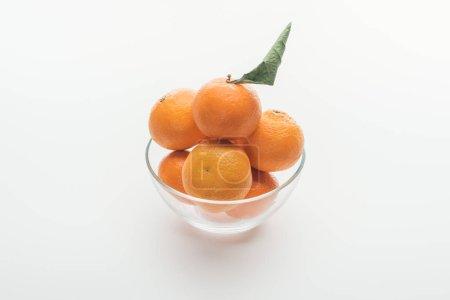 Photo pour Bol en verre plein de mûres tangerines toute orange sur fond blanc - image libre de droit