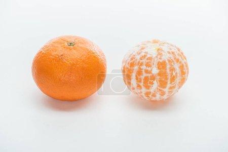 Photo pour Orange mûr entière pelées et mandarines pelées sur fond blanc - image libre de droit