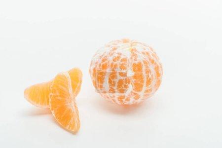Photo pour Tranches de mandarine et de mûres antofles orange sur fond blanc - image libre de droit