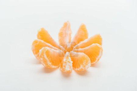 Photo pour Tranches de mandarine orange mûres disposés en cercle sur fond blanc - image libre de droit