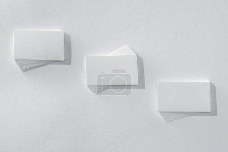 Foto de Vista superior de tarjetas vacías sobre fondo blanco con espacio de copia - Imagen libre de derechos