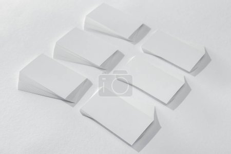 Foto de Tarjetas en blanco y vacías sobre fondo blanco con espacio de copia - Imagen libre de derechos