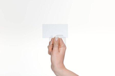 vue partielle de la femme tenant la carte blanche et vide isolée sur blanc