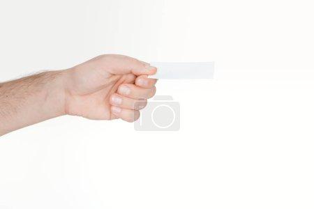 vue recadrée de l'homme tenant la carte blanche et vide sur fond blanc