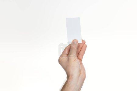 vue partielle de l'homme tenant une carte blanche et vide sur fond blanc avec espace de copie